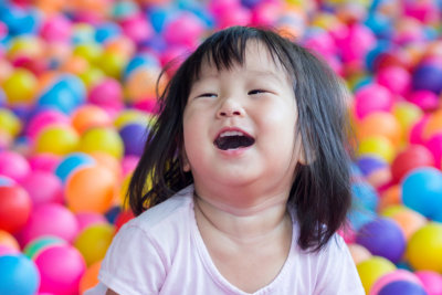child laughin with balloons